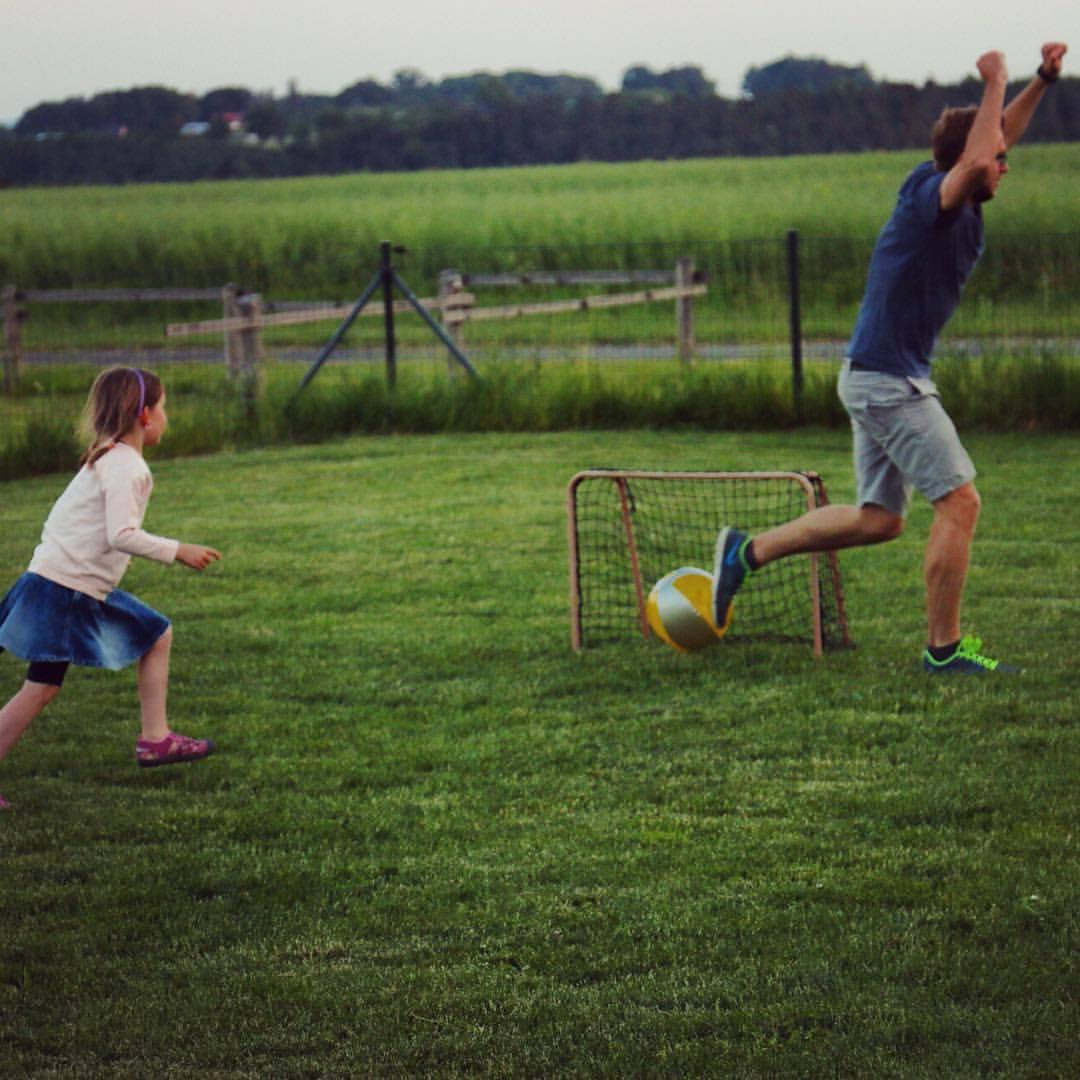 Dneska se totiž Šany při fotbale dokáže vyřádit jenom na malých holčičkách.
